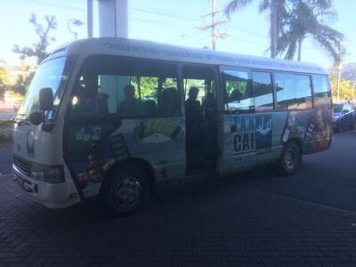 スカイダイビングツアーのバス