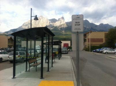 キャンモアのバス停