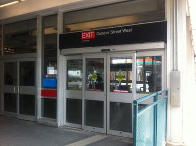 トロントのDundas West駅