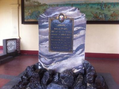 マクタン島の石碑