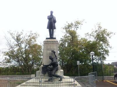 国会議事堂の銅像