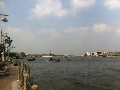 バンコクのチャオプラヤ川沿い