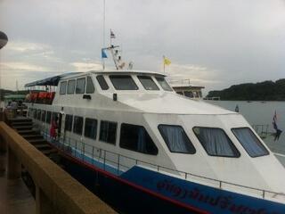 パンガー湾ツアーのフェリー