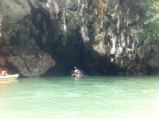 カヌーで洞窟へ