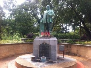 ラン・ヒルの銅像