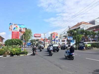 バリ島のジャラン・ラヤ・クタ通り