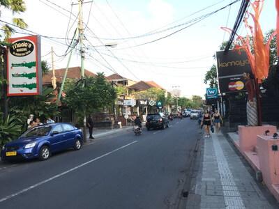 バリ島のジャラン・ラヤ・バサンカサ通り